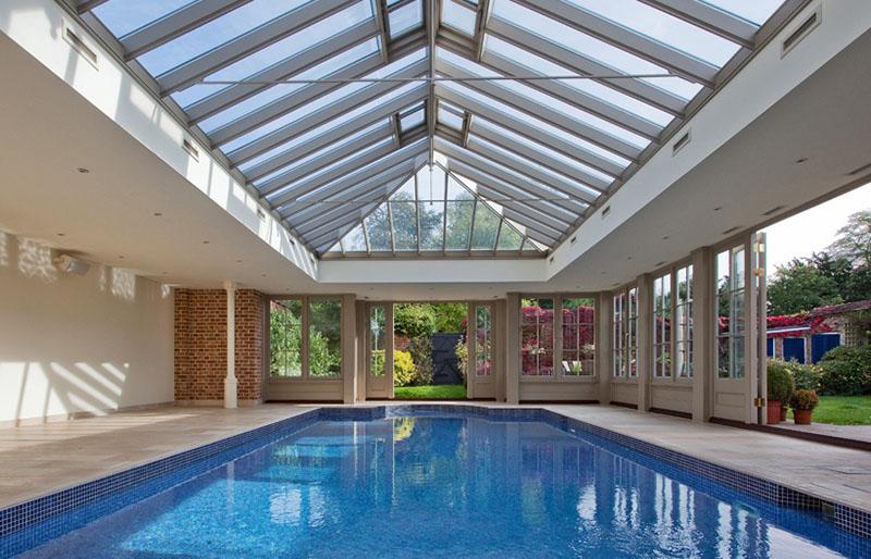 para as casas mais luxuosas, um pavilhão coberto sobre a piscina