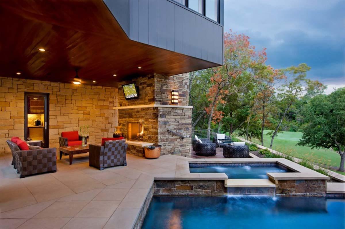 Casa com piscina dividida em dois níveis, uma menor, e outra maior, criando uma pequena cascata