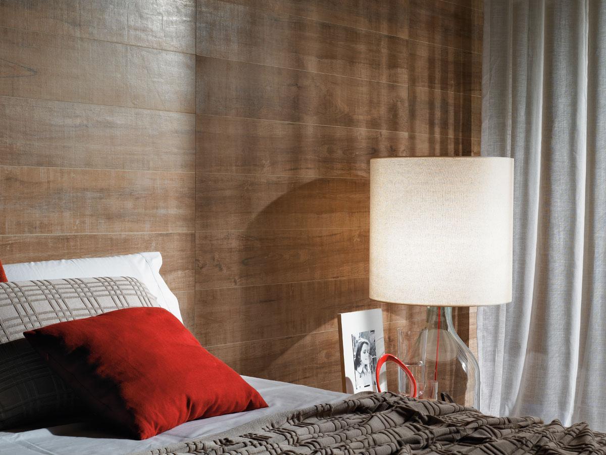 Painel para a parede de quarto de casal revestido com porcelanato madeira imbuia escuro