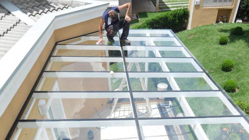 Alem das telhas de vidro, é possível se fazer um telhado usando chapas de vidro, embora a resistência seja ligeiramente inferior