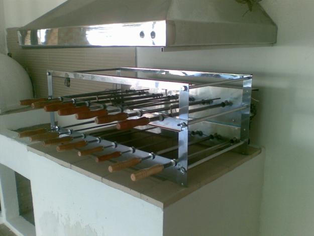 Modelo de churrasqueira giratória acoplada sobre o braseiro