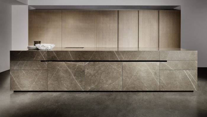 Bancada de Limestone escuro usado na cozinha, combinando com os metais tons de cobre