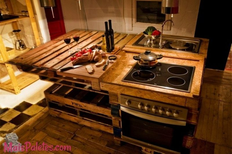 Já essa cozinha mescla o uso de caixas de madeira e pallets reaproveitados para criar uma bancada de cozinha única e exclusiva