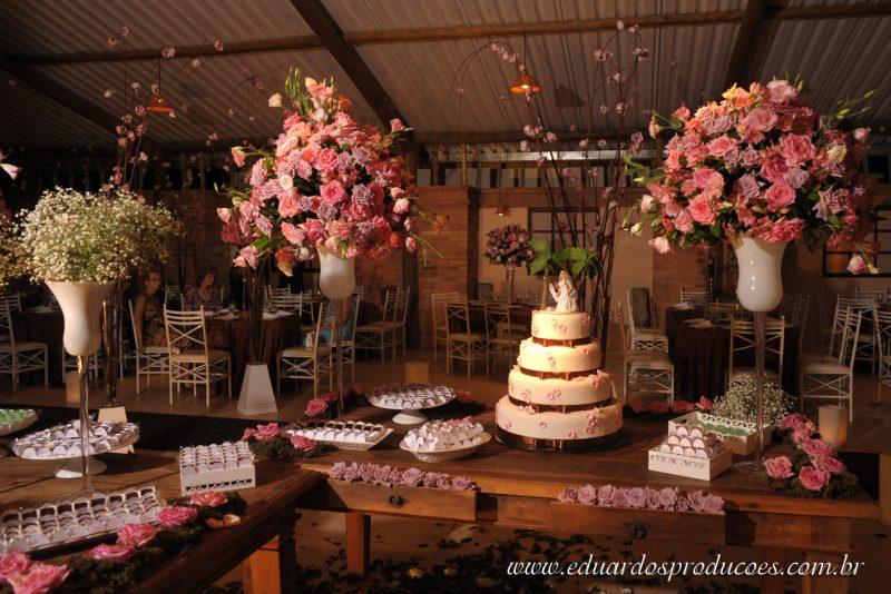 As rosas são as flores mias tradicionais para se fazer decoração. Aqui você confere uma linda decoração de mesa de casamento com rosas