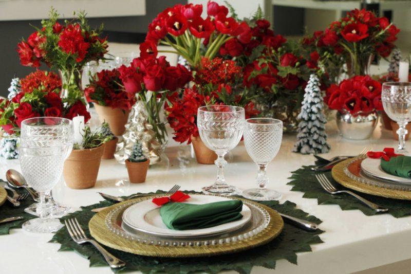 Já aqui, uma decoração usando rosas vermelhas para enfeitar a mesa de Natal
