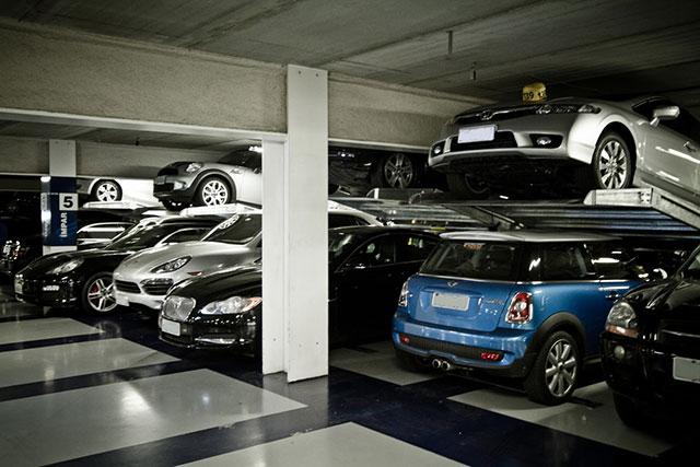 garagem que usa duplicadores de vagas, elevando bastante a capacidade de veículos