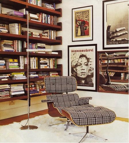 A poltrona Charles Eames também é uma excelente pedida para a decoração de espaços retrô em ambientes, como nesse caso