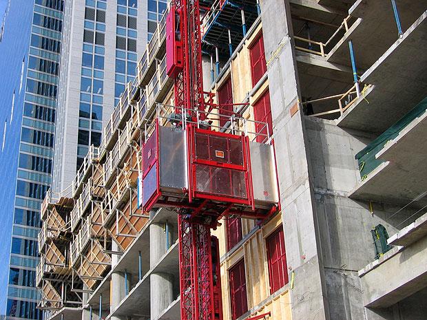 Elevadores de carga usados na construção civil