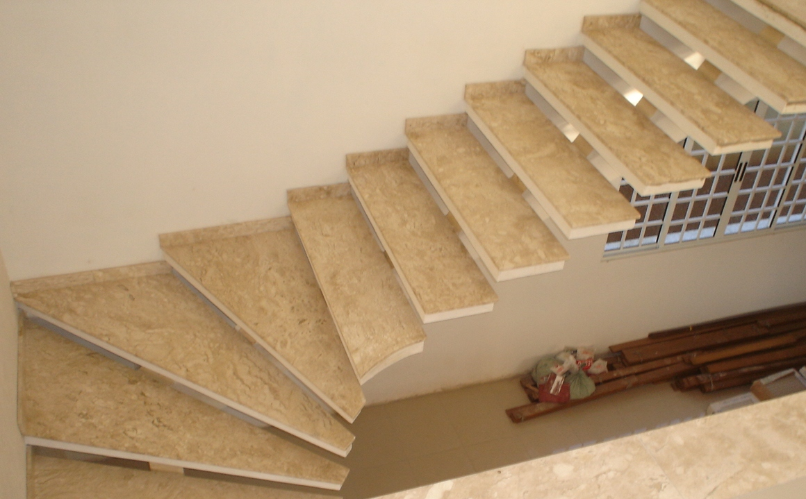 m material ainda pode ser usado para dar o acabamento para degraus de uma escada, como nesse exemplo