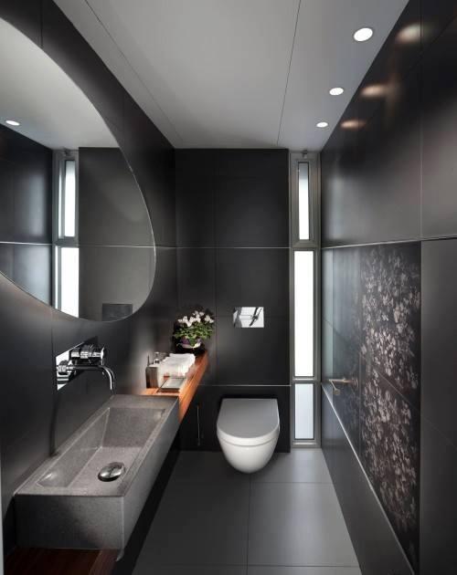 Espelho grande redondo sobre a pia do banheiro