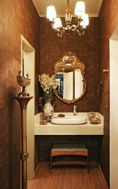 Um espelho para banheiro pequeno com formato rebuscado