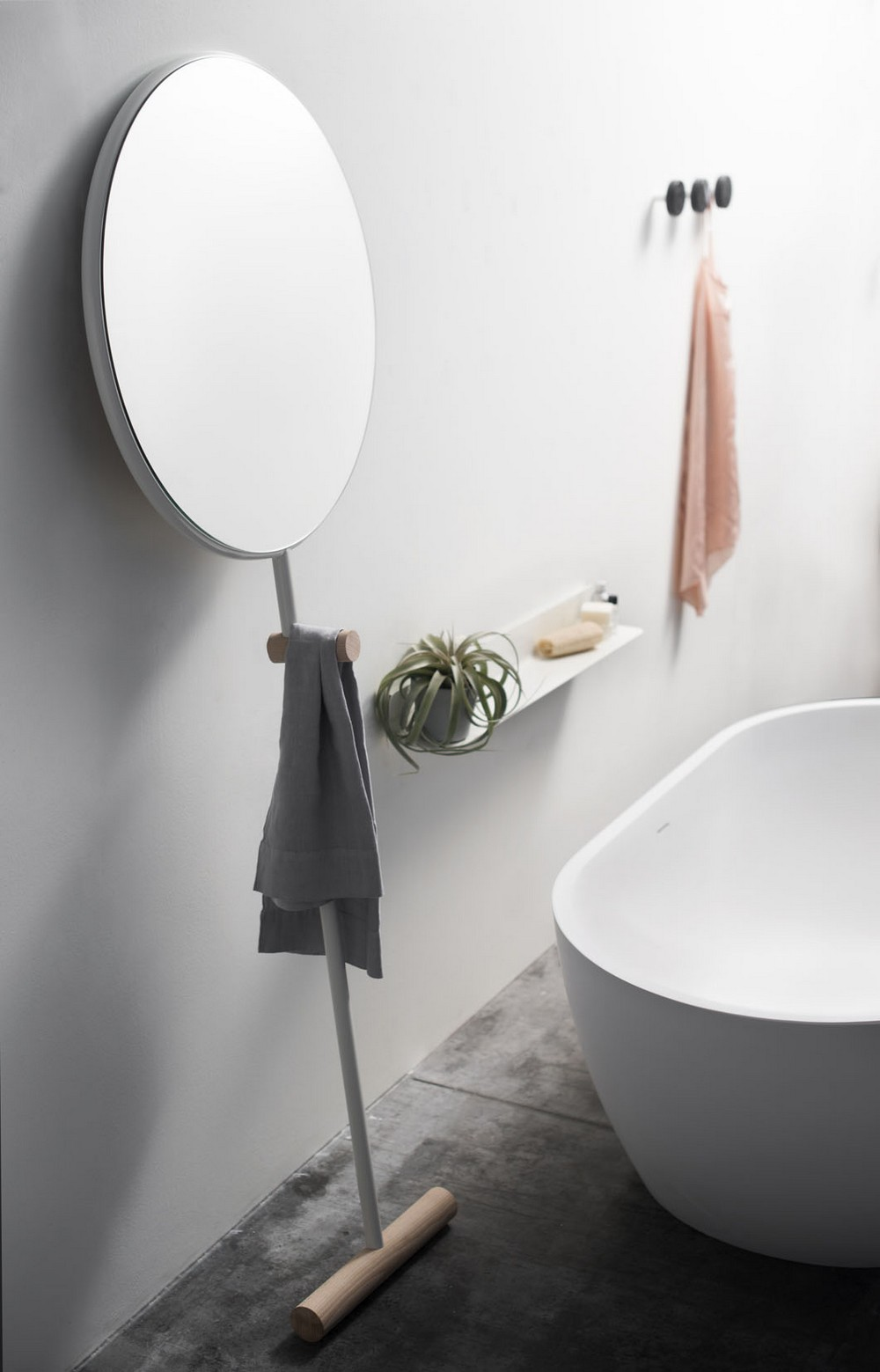 Espelho redondo com suporte para toalhas para o banheiro
