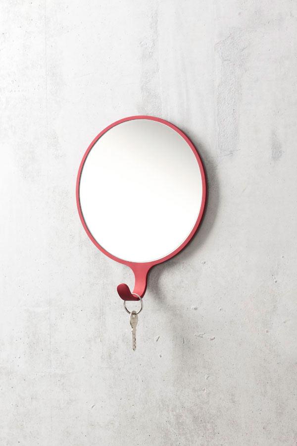 Uso do espelho redondo com porta chaves ou penduricalhos para banheiro