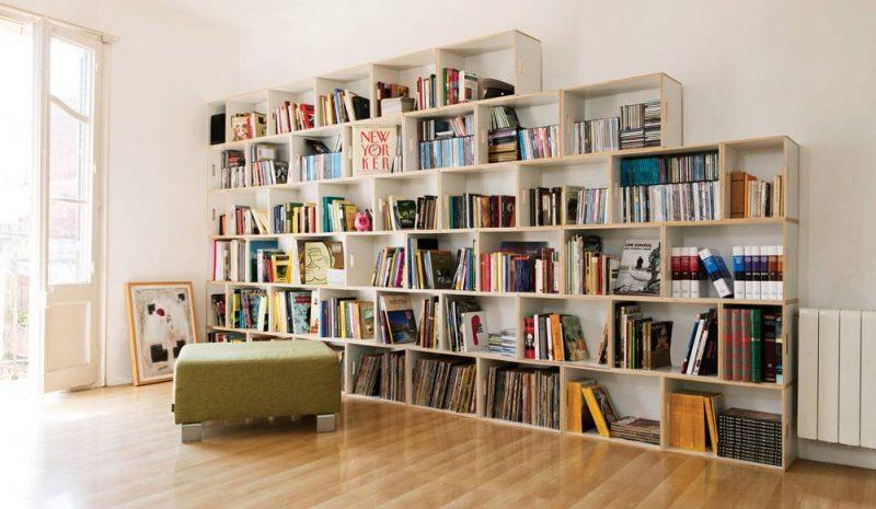 Estante para livros para a sala feita de caixotes reutilizados.