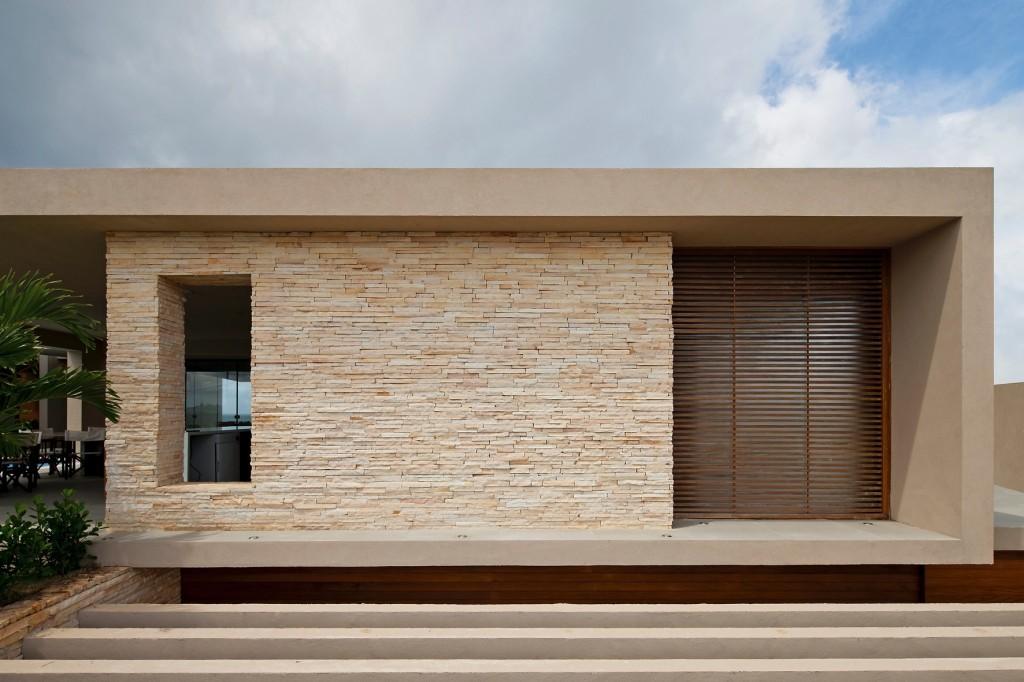 Revestimento externo de fachada de casa com pedra canjiquinha