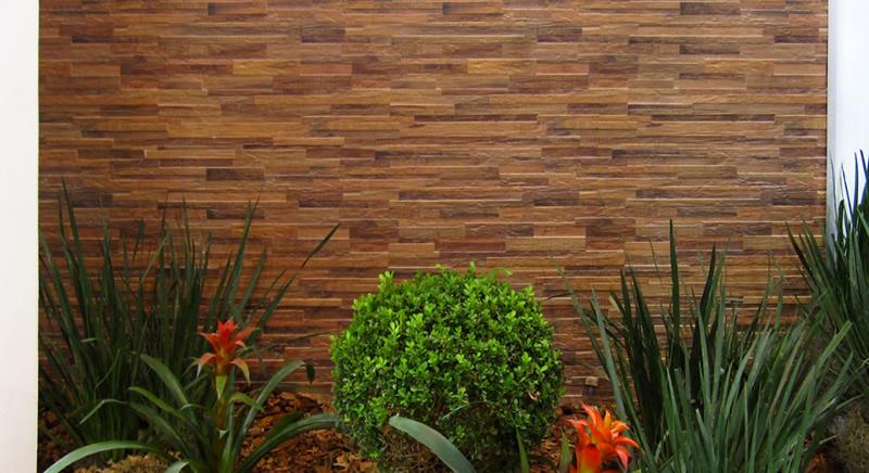 deck jardim sorocaba:Parede revestida com cerâmica porcelanato em madeira filetada com