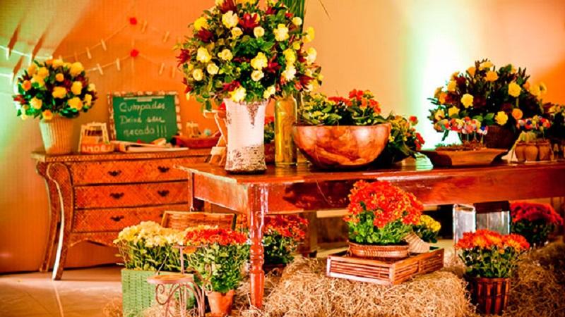 Uma decoração super carregada usando flores de rosas e gérberas coloridas mescladas