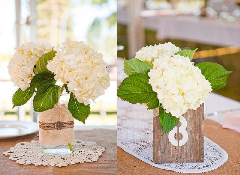Arranjo floral simples e bonito usando hortências brancas para decorar mesa da sala