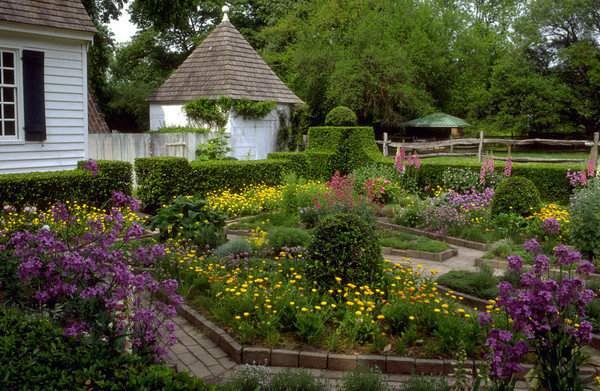 Um belo jardim estilo colonial