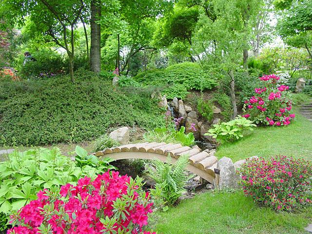 Um modelo bem simples de jardim tradicional, com azaléias