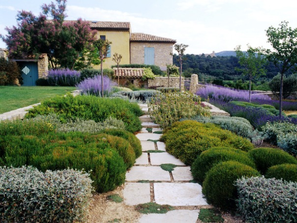 Um belo caminho de flores levando a uma casa estilo toscana