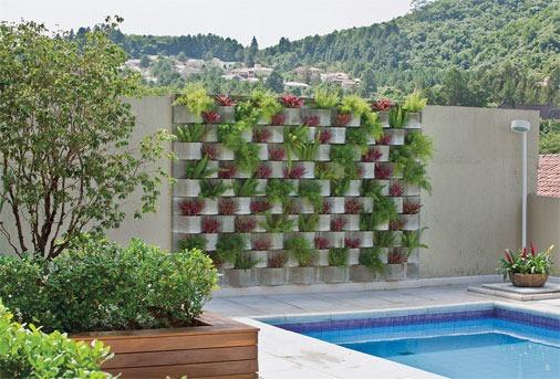 Outro modelo de jardim vertical, esse fazendo o acabamento de parede da piscina