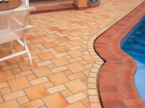 Piso de lajotas cerâmicas tradicionais para as bordas da piscina