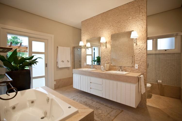Banheiro revestido em pedra limestone