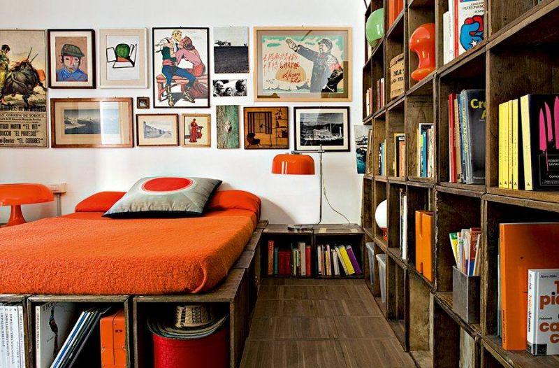 O mobiliário inteiro desse quarto de casal foi substituído por mobília de reaproveitamento de caixotes de madeira