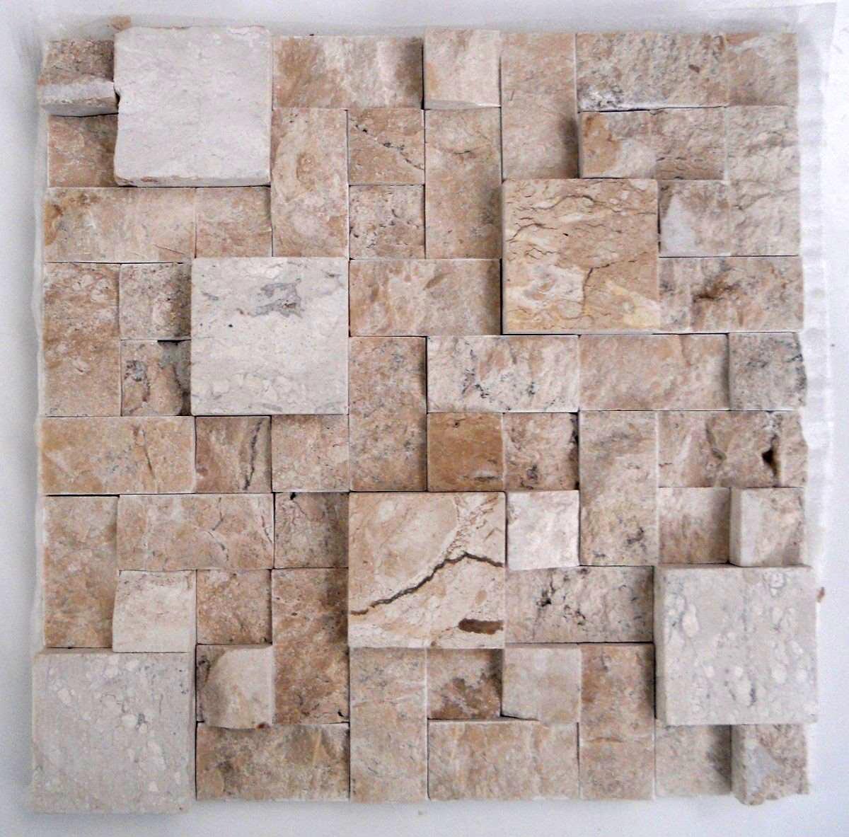 Um bom exemplo de uso do material: aqui as peças de mármore são usadas para compor um mosaico para parede.