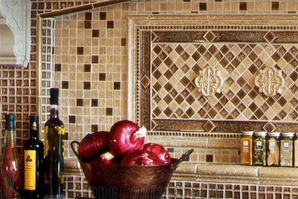 moisaico na parede de cozinha feito com peças de travertino bege