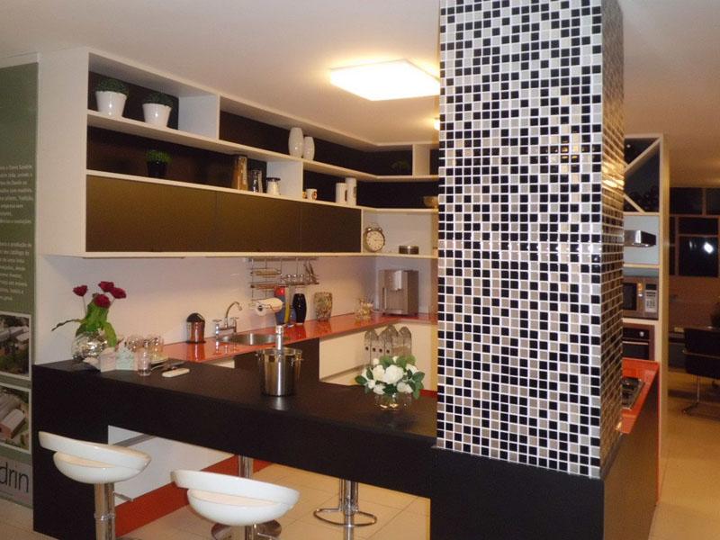 pastilhas adesivas preto e brancas na cozinha