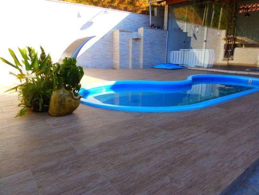 Piso cerâmico para entorno de piscina.