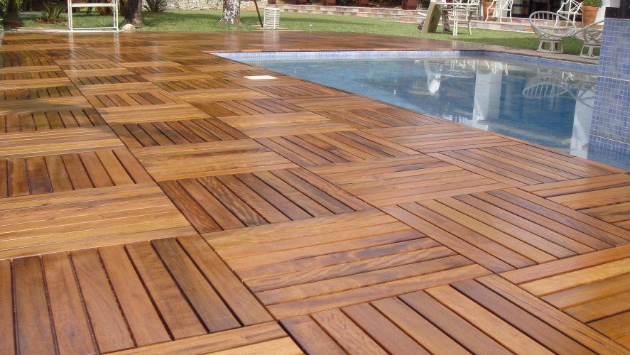 Revestimento de madeira em módulos de deck pré-moldados para a borda da área da piscina
