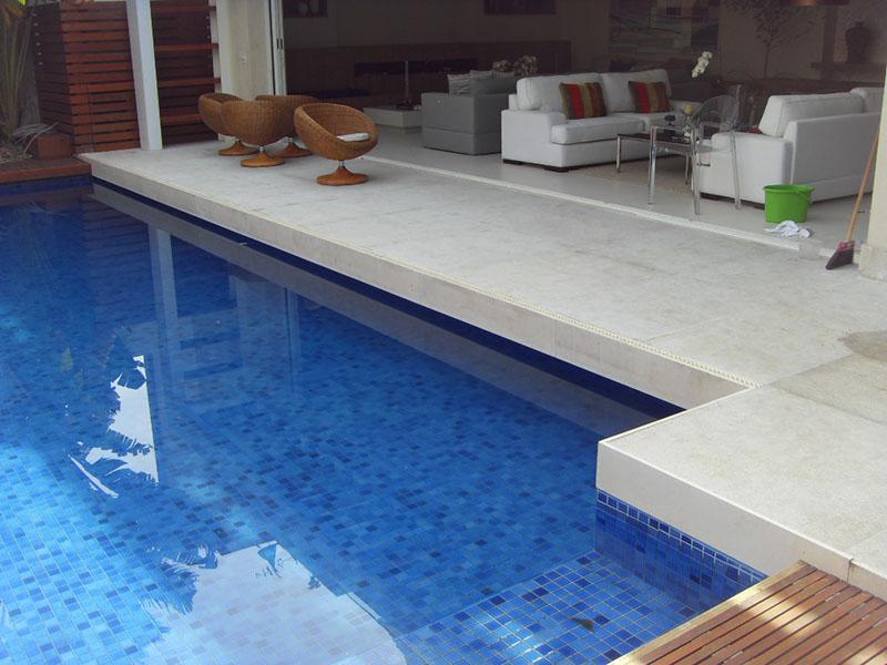Outro acabamento interessante para pisos de granito para piscina é o granito flameado, que dá esse aspecto que lembra o mármore ao revestimento de granito