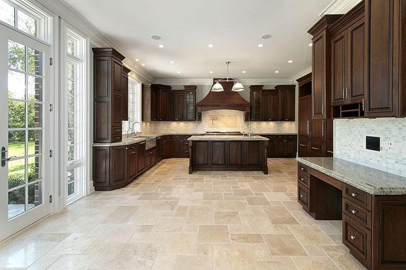 Nessa cozinha com visual retro, as peças do piso são de mármore polido tipo travertino