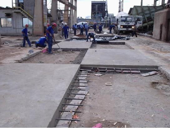 Piso de concreto armado executado em etapas, respeitando as juntas de dilatação do concreto