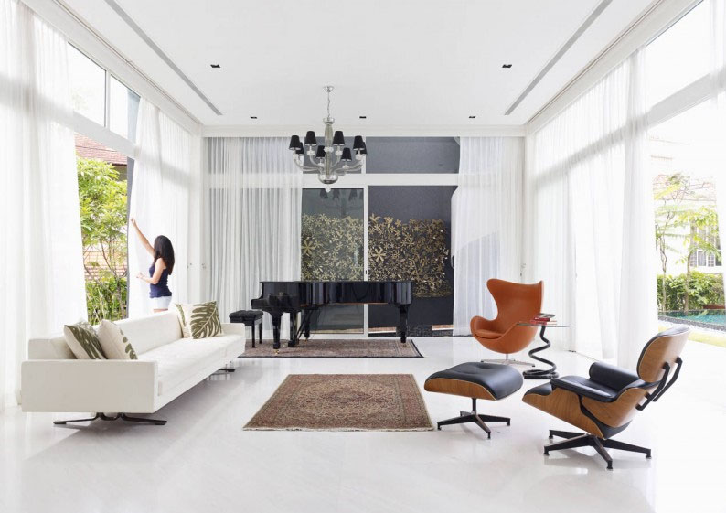 Decoração de uma sala de estar usando a poltrona Eames e a poltrona Egg