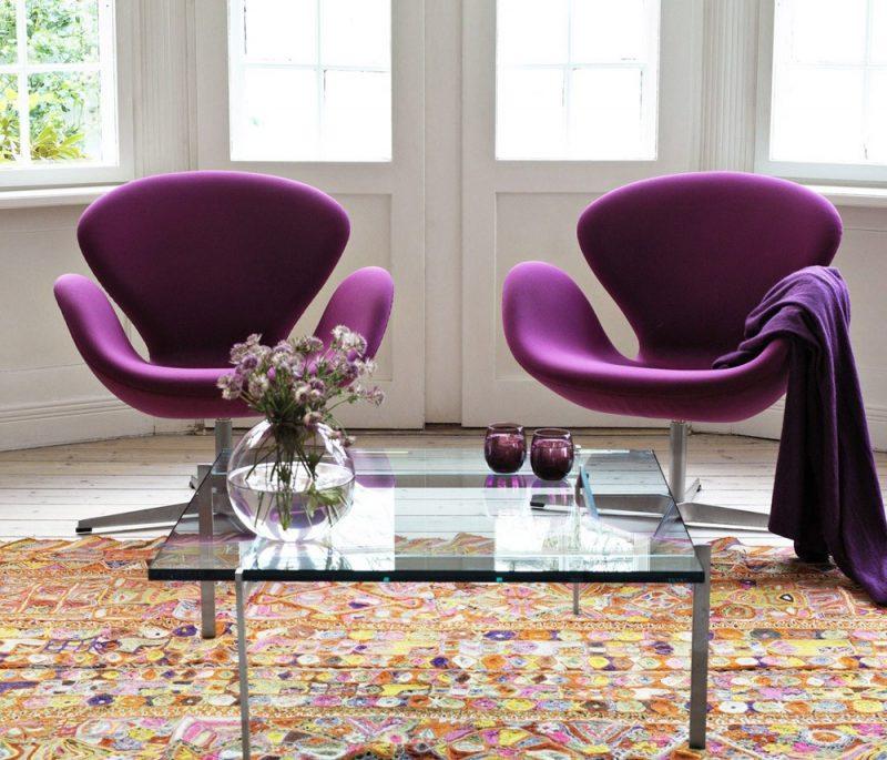 Duas lindas poltronas estofadas swan roxas são o destaque nessa imagem