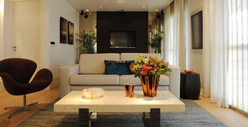 Já nessa sala, a decoração se completa com essa bela poltrona marrom