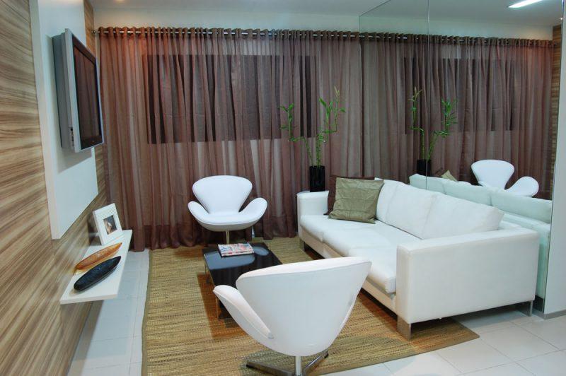 Nessa sala, a decoração branca é completada por duas poltronas Swan que fazem conjunto com um sofá tradicional