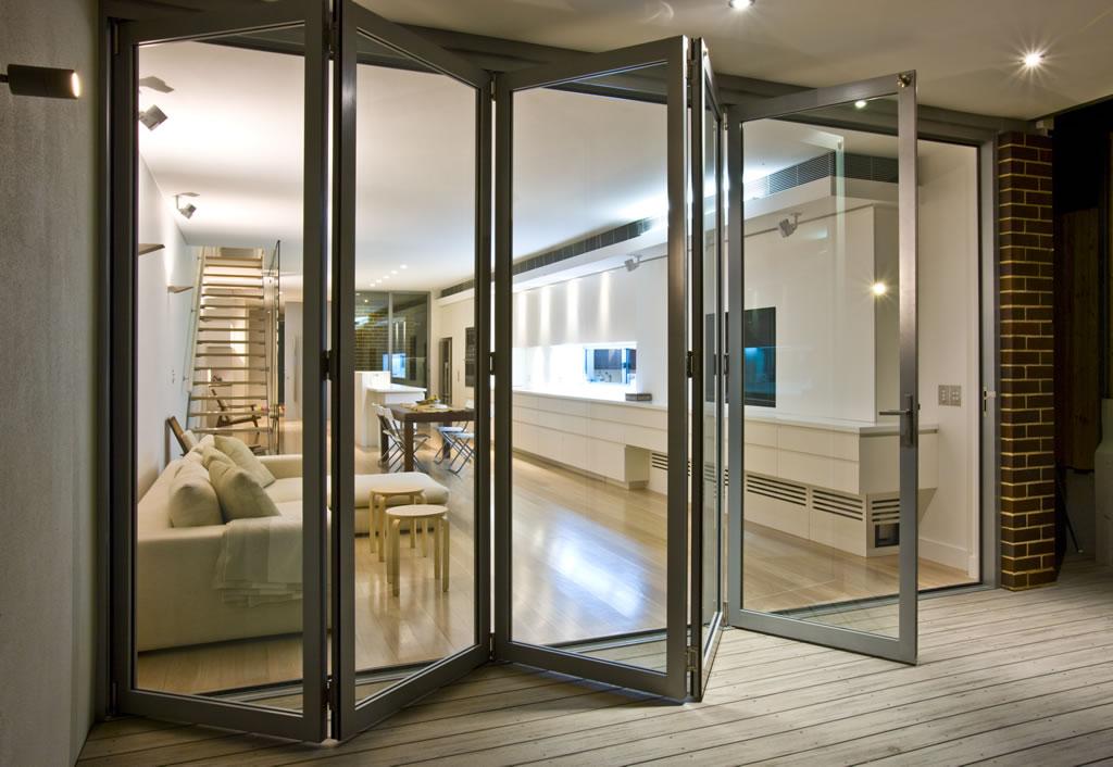 Modelo semelhante de porta articulada camarão, levando da sala de estar para a área externa