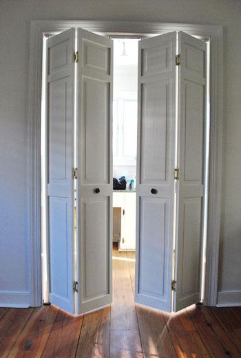 uso da porta camarão no banheiro, proporcionando economia do espaço da abertura da folha