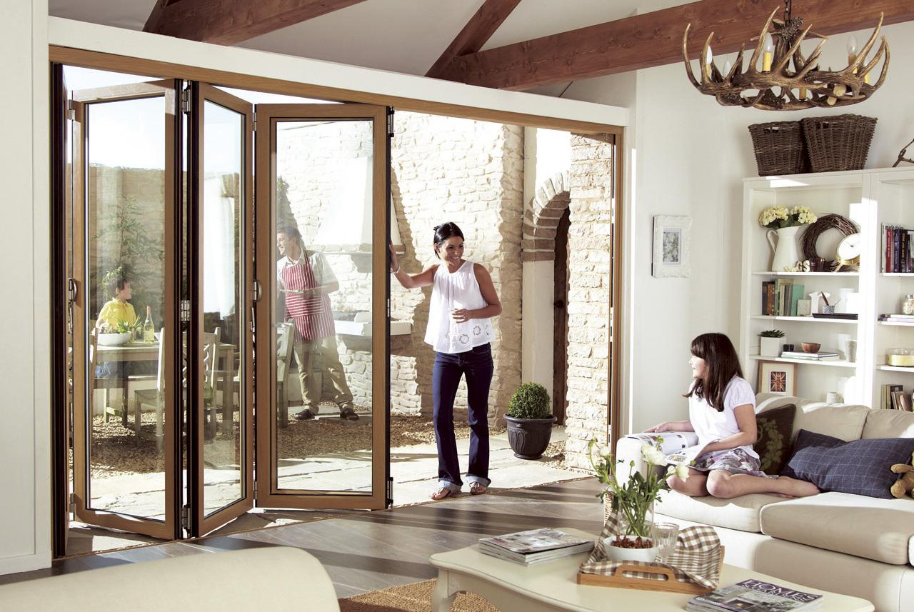 Já este modelo de porta camarão é de madeira , e faz a abertura entre sala e área externa
