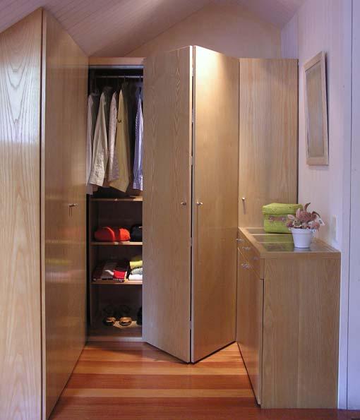 Fechamento de closet no quarto feito com porta camarão em madeira compensada