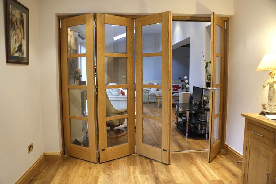 Modelo de porta articulada para a sala de madeira, combinando com o piso laminado