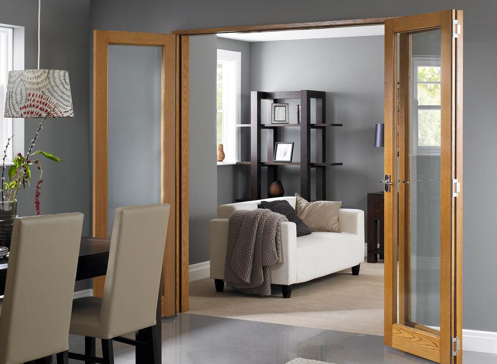 um belo exemplo do uso da porta camarão,, servindo entre divisória entre a sala de jantar e sala de estar