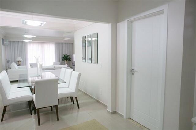 Exemplo da perfeita integração da porta em PVC interna com a decoração do ambiente