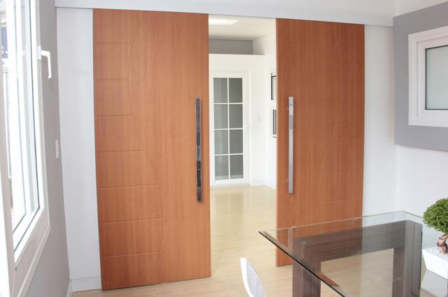 Porta de correr em PVC com excelente acabamento simulando madeira, para selar ambientes internos, como escritórios, salas de reuniões, e ambientes residenciais
