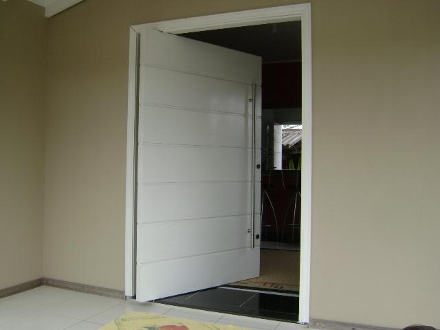 Outro modelo de porta pivotante em PVC para abertura externa